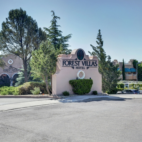 View of the front of Forest Villas Hotel in Prescott, Arizona
